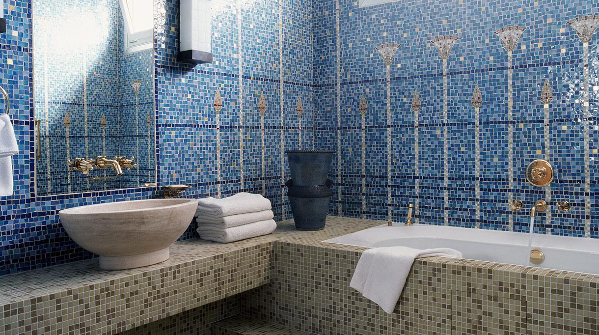 Signatures Singulieres Magazine. Nicolas Aubagnac. Salle de bains en mosaique.
