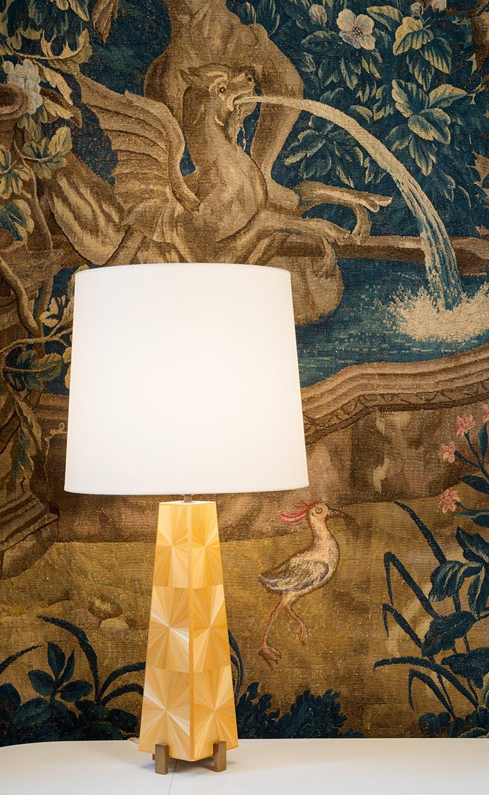 Signatures Singulières Magazine. Lampe Thebes-II de Nicolas Aubagnac en marqueterie de paille.