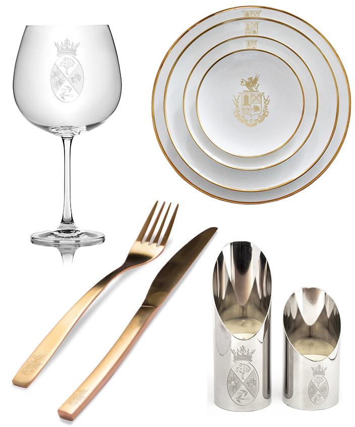 Assiette, verre et couvert gravés avec un blason. Christophe Grünthaler réveille l'art héraldique.