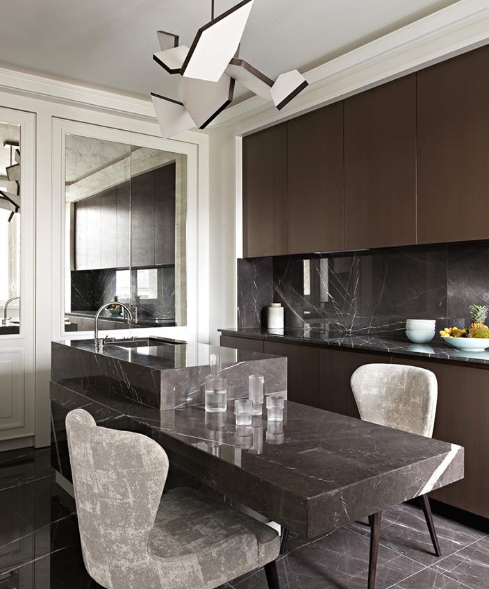 Signatures Singulières - Fabrice Juan - Architecte d'intérieur - Décorateur - Cuisine contemporaine en marbre - Meuble de cuisine effet métallique - Parisien sty - Appartement contemporain
