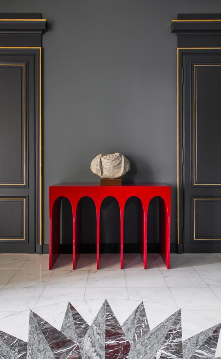 Signatures Singulières - Fabrice Juan - Architecte d'intérieur - Décorateur - Hall d'entrée gris et doré - Console rouge Hervé Van Der Straeten - Sol en marbre avec rosace - Parisien style - Appartement contemporain