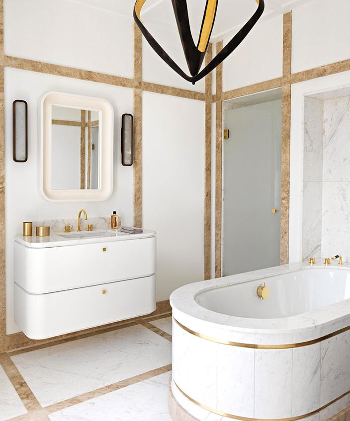 Signatures Singulières - Fabrice Juan - Architecte d'intérieur - Décorateur - Salle de bain en marbre blanc calacatta - Lustre CTO Lighting - Applique en laiton Entrelacs - Miroir en plâtre - Parisien style - Appartement contemporain