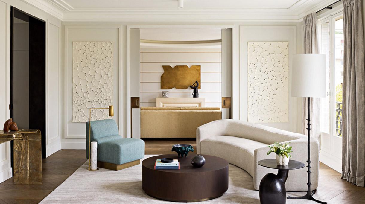 Signatures Singulières - Fabrice Juan - Architecte d'intérieur - Décorateur - Parisien style - Commode blanche et laiton - Canapé beige - Appartement contemporain