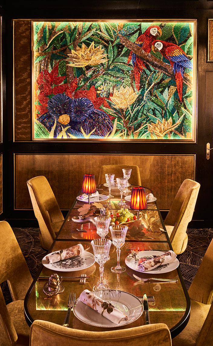 Signatures Singulières - Oscar Ono - Architecte d'intérieur - Paradis Latin - Salle de spectacles à Paris - Ambiance baroque - Couleur doré - Tableau en mosaïque - Chaises en velours doré