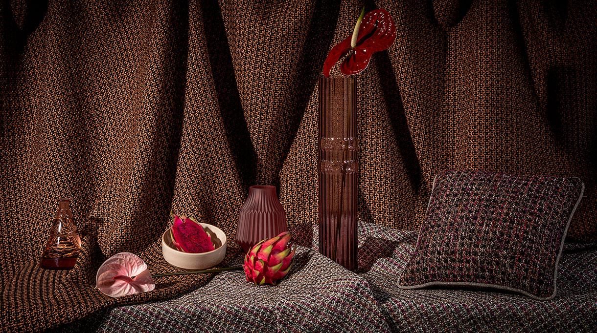 Signatures Singulières - Edition 169 - Tissu d'ameublement - Collection Aloe vera - Laine angora, alpaga, laine filée à la main, soie vierge, lin, mohair. Collection Stamford - Couleur terracotta.