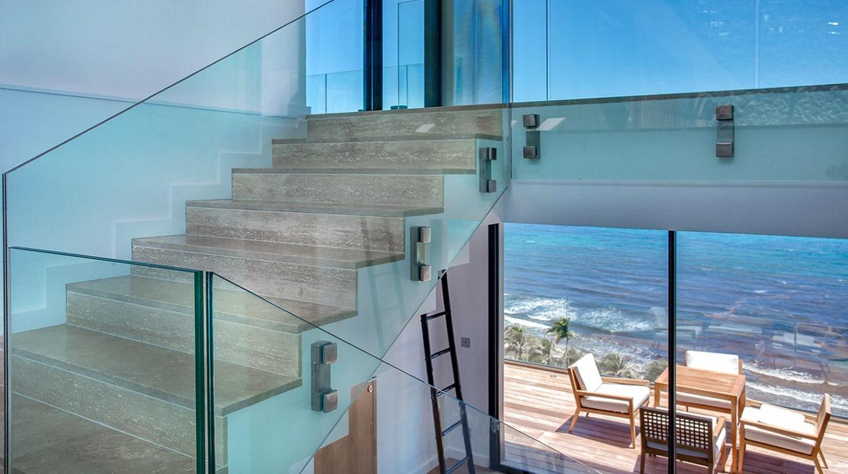 Marbrerie de la Seine - Escalier en marbre - Villa bord de mer - Sol en marbre - Signatures Singulières Magazine