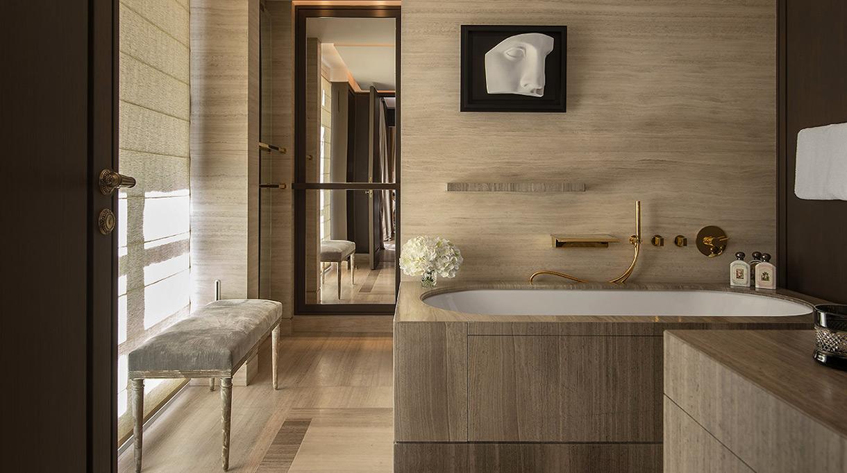 Marbrerie de la Seine - Salle de bain en marbre - Hotel de Crillon à Paris - Sol en marbre - Signatures Singulières Magazine
