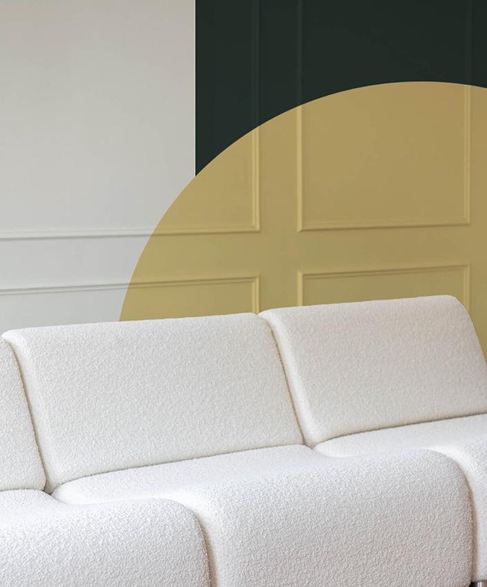 meriguet carrère - peinture murale - peinture mate - peinture mate verte -peinture mate jaune - couleurs arty - The Socialite Family - canapé en laine blanc - signatures Singulières Magazine - magazine digital des talents français