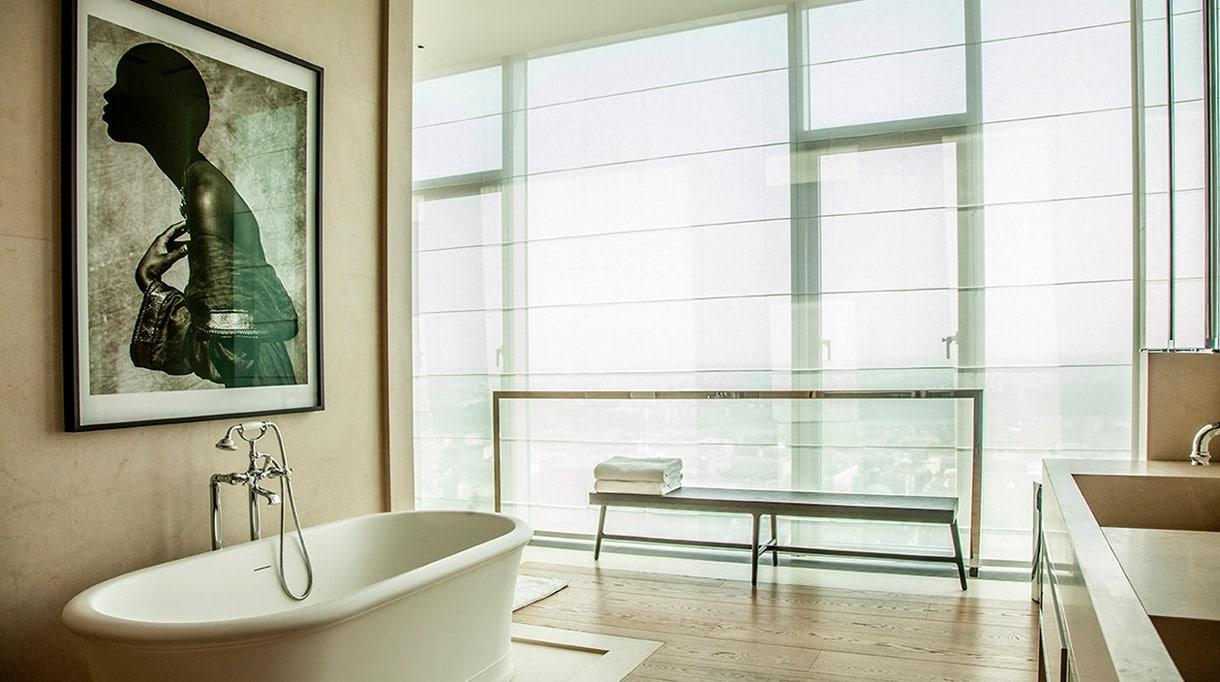 Katia Le Vaillant -Agence LK - Architecte d'intérieur - Pierre-Alexis Gilbert - Penthouse à New York - Salle de bain contemporaine - Vasque en marbre - Signatures Singulières - Magazine digital des talents Français