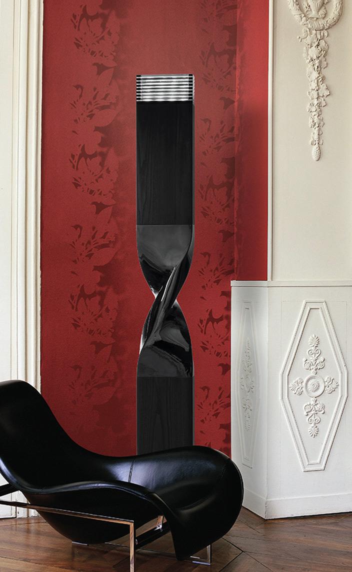 ateliers torsades - roger pradier - lampadaire noir en aluminium - fauteuil en cuir contemporain - mur rouge - Signatures Singulières Magazine