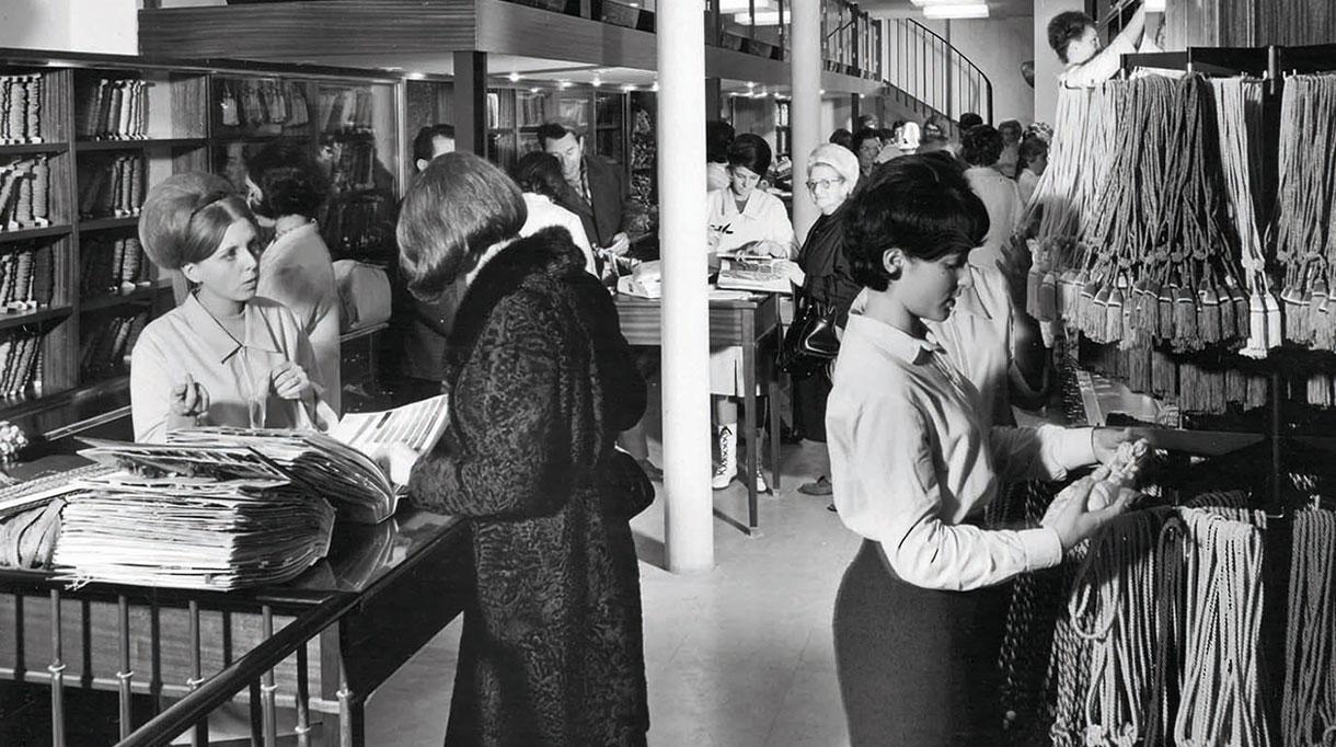 Houlès Passementerie - Showroom Houles dans les années 50 en noir et blanc - Galon sur coussin - Signatures Singulières - Magazine digital des talents Français