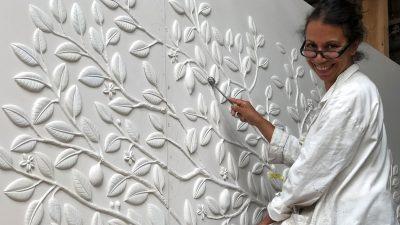 Frédérique Whittle - Créatrice de bas reliefs - Panneaux muraux en plâtre - Artisanat d'art - Savoir-faire Français - Signatures Singulières - Magazine digital des talents Français