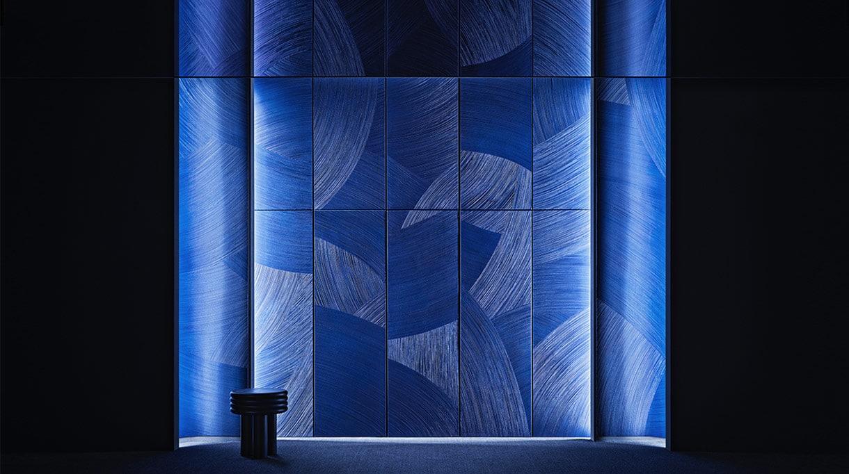 Martin Berger - Artiste plasticien et designer - peinture acrylic monochrome bleue - panneau murale bleu - Samsung séoul - Martin berger, chorégraphe de la matière - signatures Singulières Magazine - magazine digital des talents français
