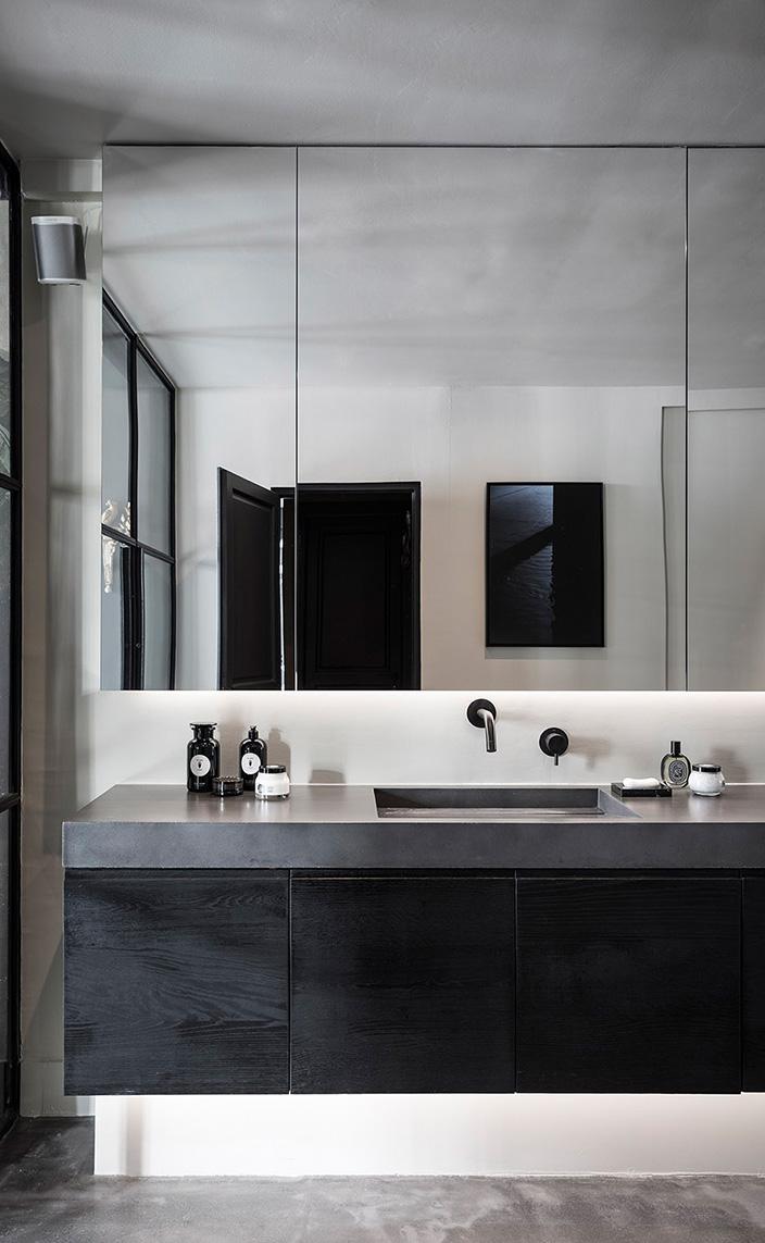 pierre gonalons - architecte d'interieur - meuble de salle de bain en bois brule - soin du corps diptyque - robinet mgs - signatures singulieres