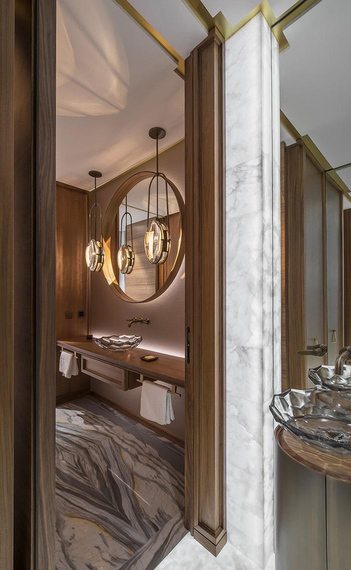 sebastien caron - murs habille de bois de noyer - sol en marbre - robinet Kohler - atelier alain ellouz - alison berger - signatures singulieres magazine