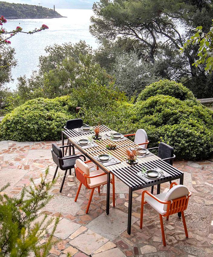 ego paris - table de jardin en aluminium - chaise de jardin orange - mobilier outdoor - savoir faire francais - signatures singulieres magazine
